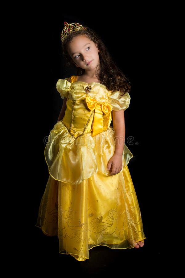 Ung flicka som kläs som en prinsessa royaltyfri foto