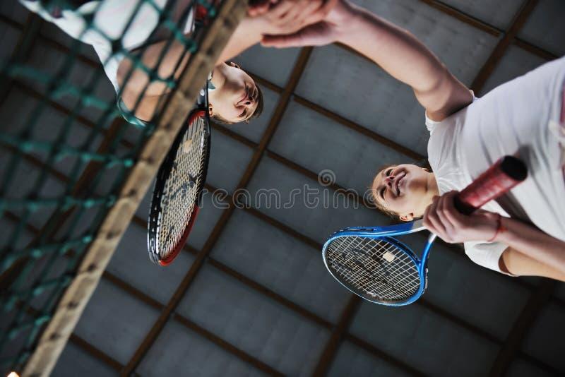 Ung flicka som leker modigt inomhus för tennis fotografering för bildbyråer