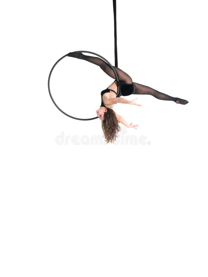 Ung flicka som poserar i en luftig cirkel på en vit bakgrund arkivfoton