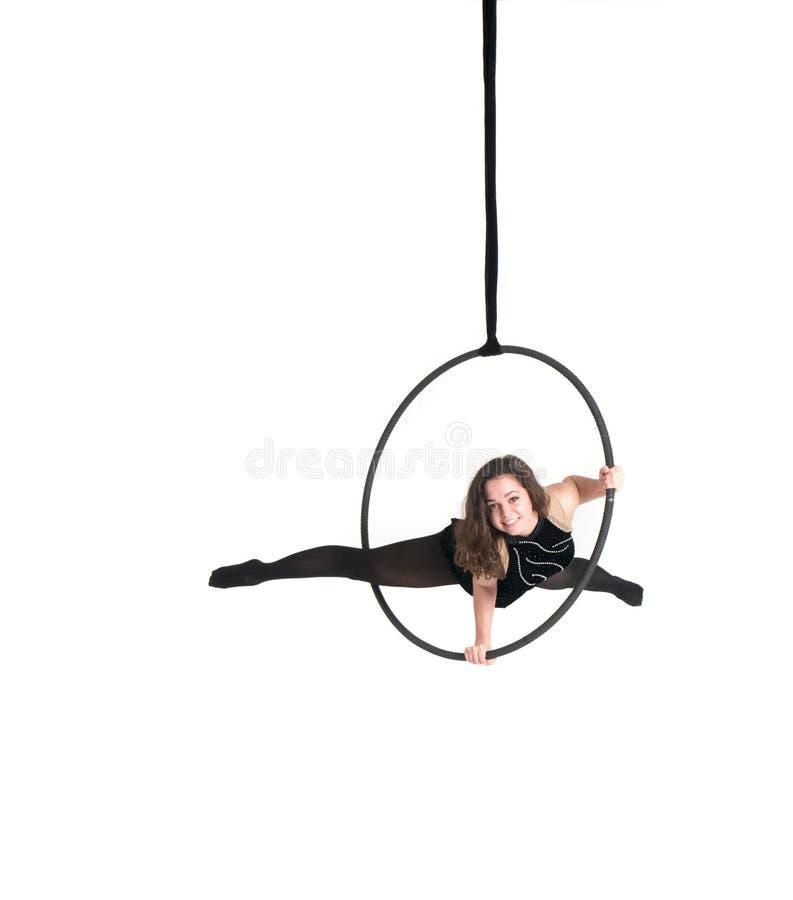 Ung flicka som poserar i en luftig cirkel på en vit bakgrund arkivbild