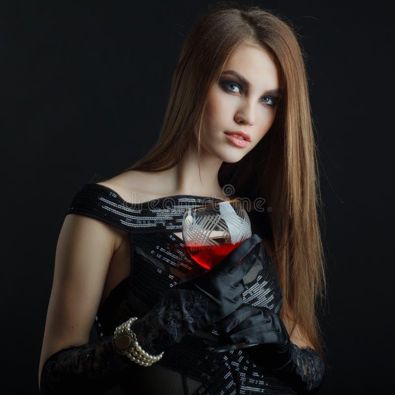 Ung flicka som poserar i studion arkivfoton