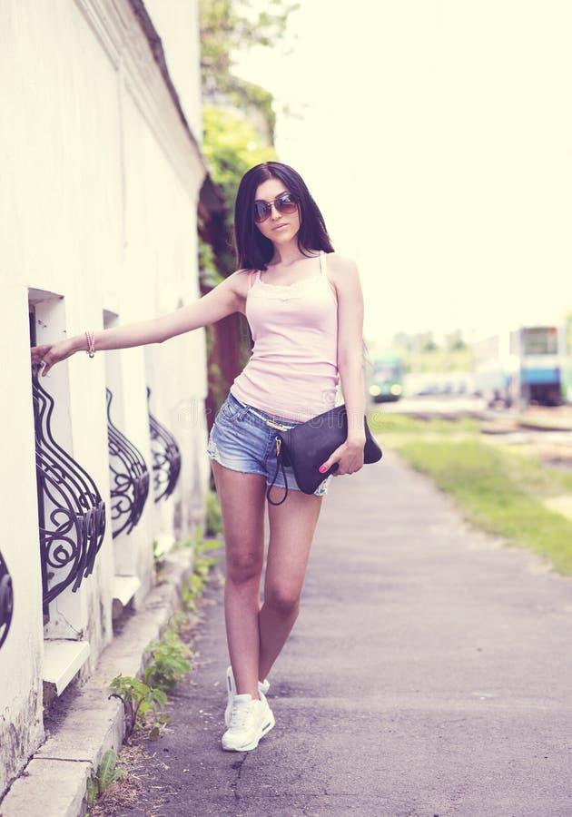 Ung flicka som poserar på gatan arkivfoto