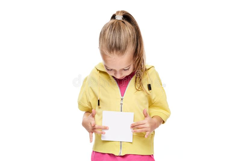 Ung flicka som rymmer det tomma kortet i framdel av henne Begrepp för anförandeterapi på vit bakgrund arkivbild