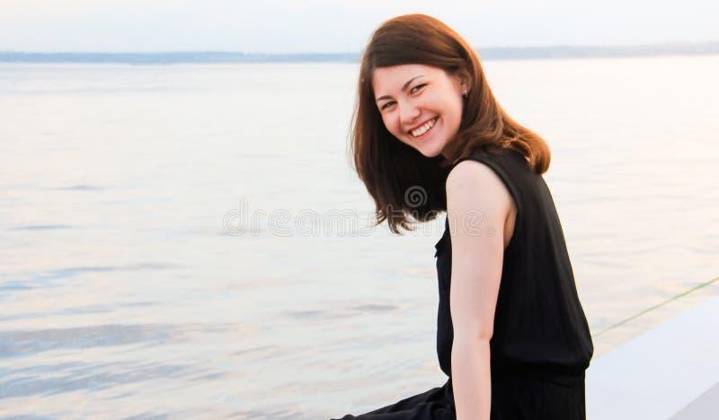 Ung flicka som skrattar på kameran royaltyfri fotografi