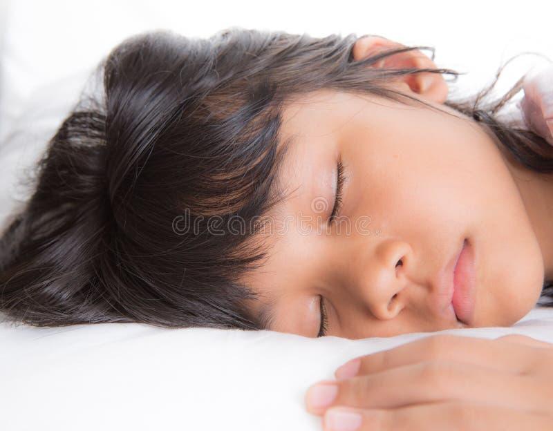 Ung flicka som sover I royaltyfri foto