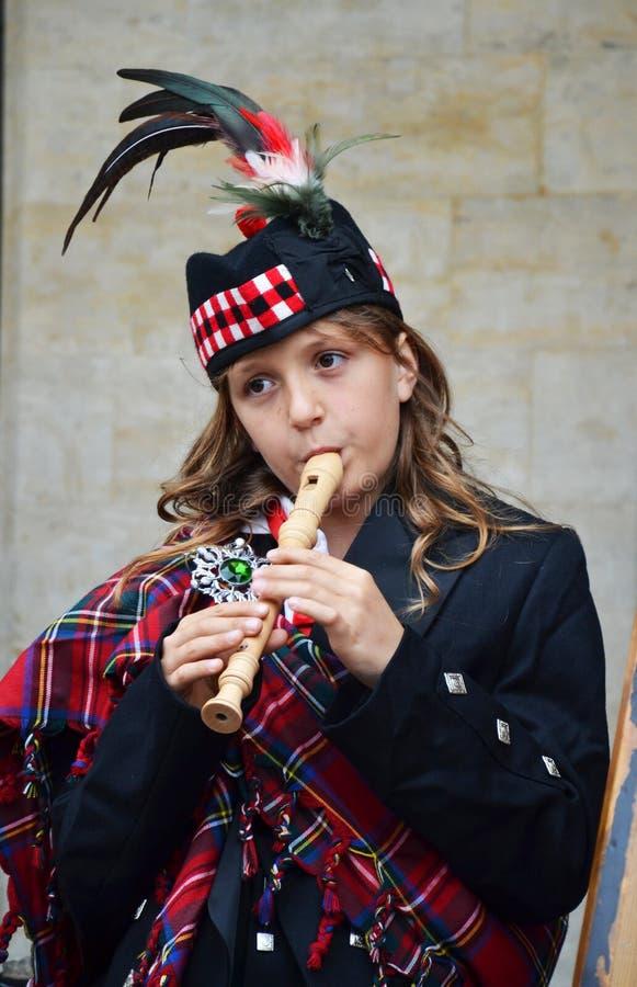 Ung flicka som spelar flöjten i Grand Place, Bryssel, Belgien arkivfoto