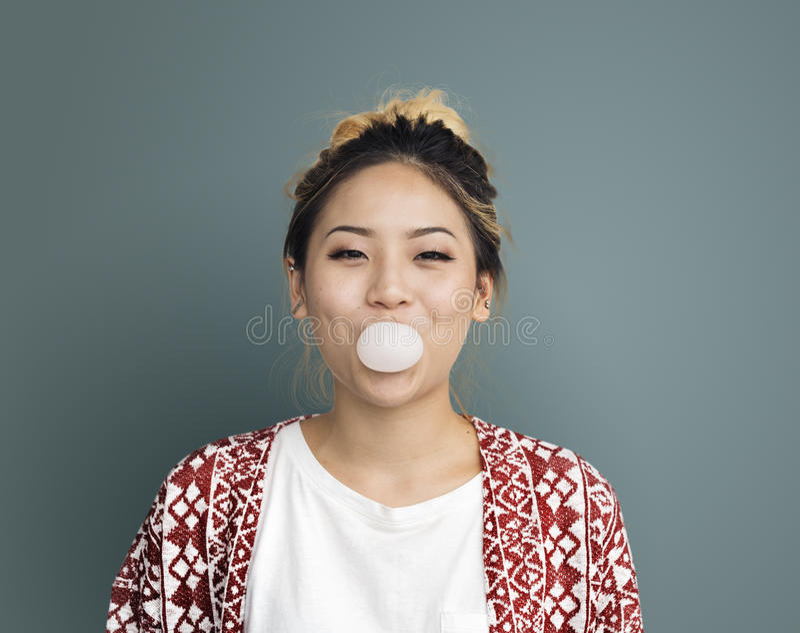 Ung flicka som tuggar bubbelgumbegrepp arkivbild