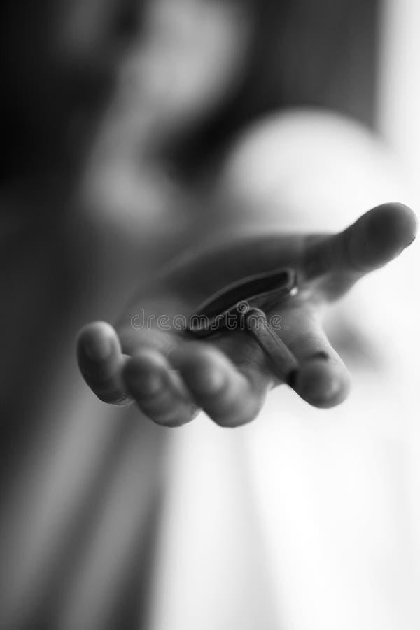 Ung flicka som ut når handen med en tangent som berättar en hemlighet arkivfoto