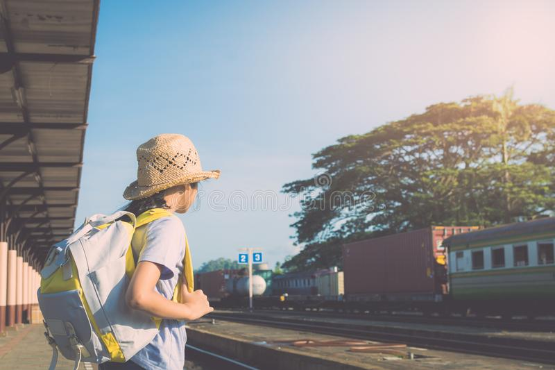 Ung flicka som väntar på ett drev på järnvägsstationen royaltyfri bild