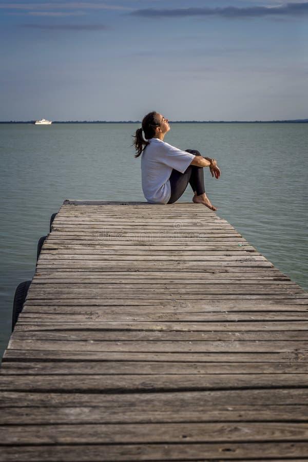 Ung flicka ut på träpir fotografering för bildbyråer