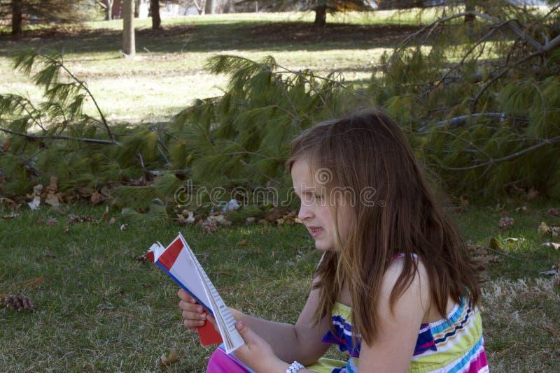 Ung flickaavläsning fotografering för bildbyråer