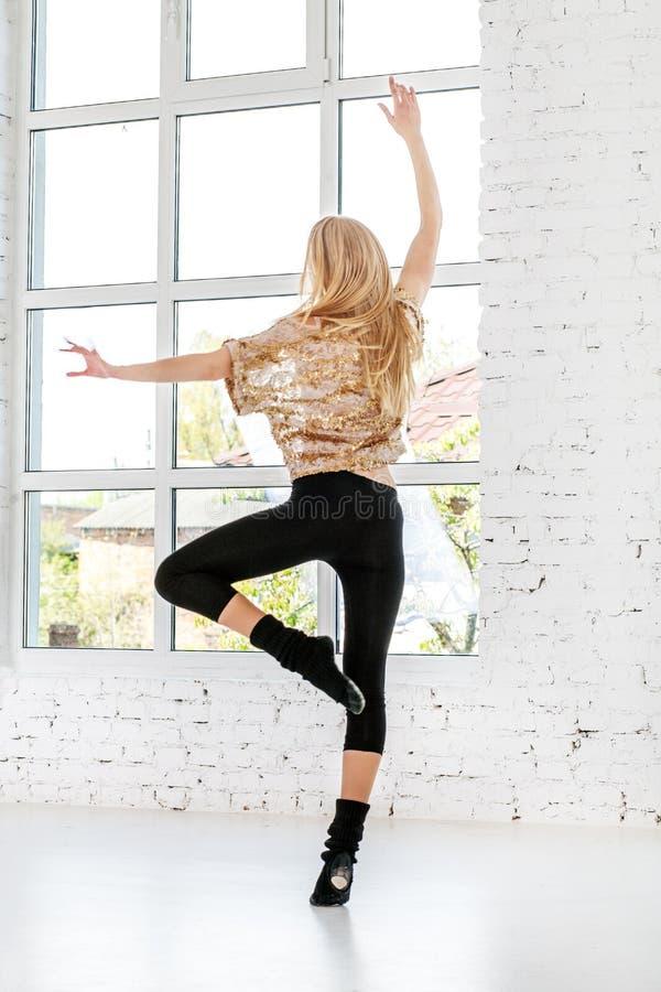 Ung flickabanhoppning och dans i korridoren Begreppet av sporten royaltyfri foto