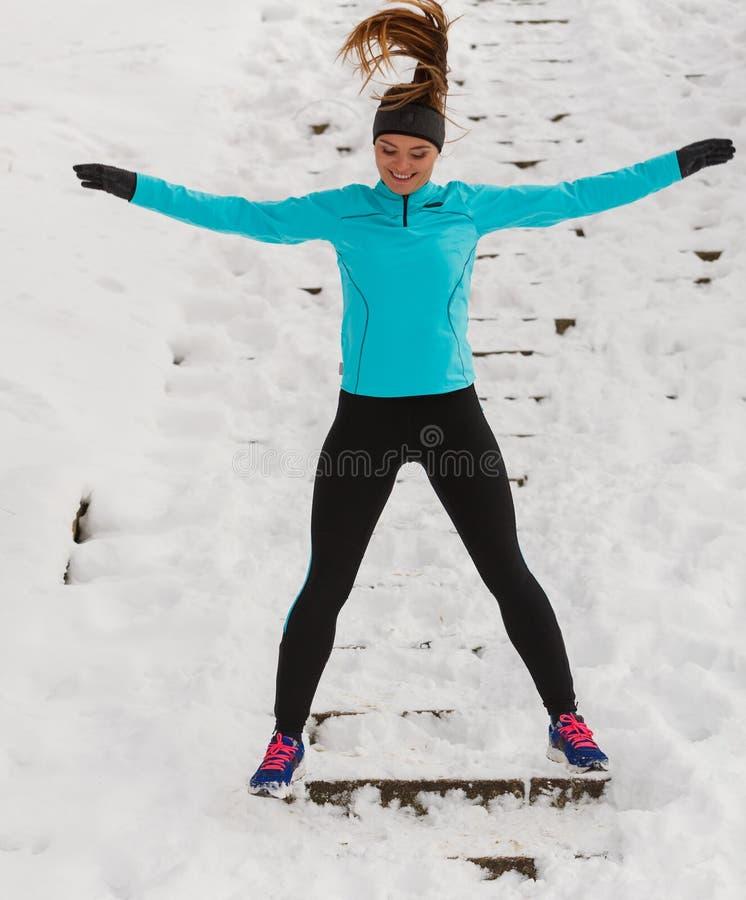 Ung flickabanhoppning på snön royaltyfri bild