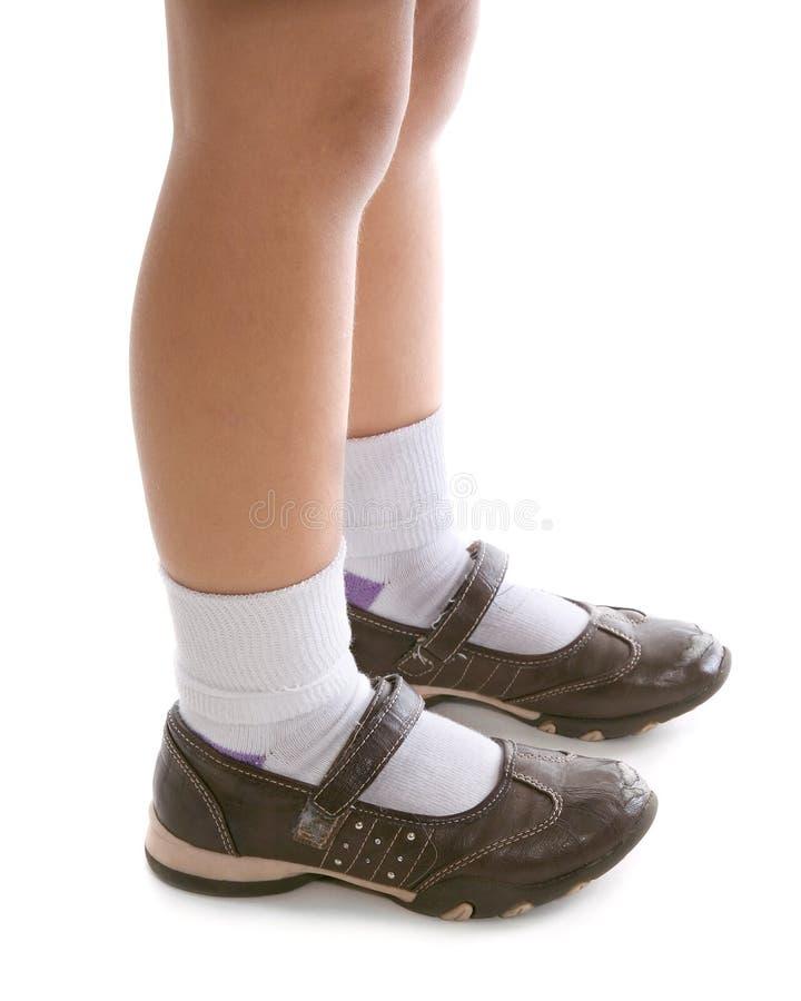 Ung flickafot och skor arkivbilder