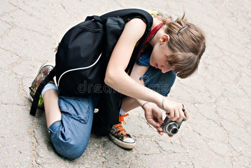 Ung flickafotograf som tar fotoet arkivfoto