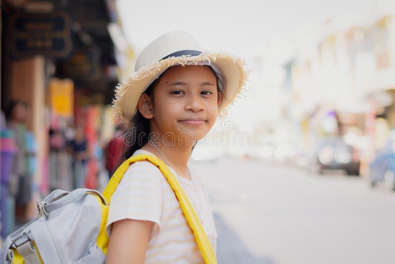 Ung flickahandelsresande med ryggsäckanseende i den gamla staden, Phuket, Thailand arkivfoton