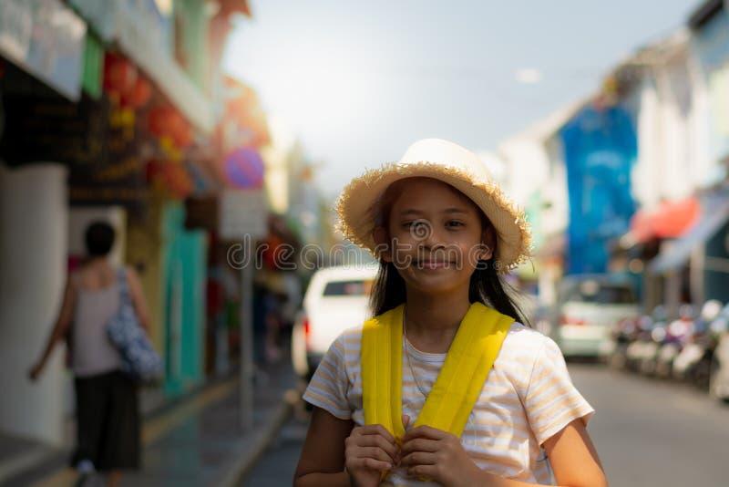 Ung flickahandelsresande med ryggsäckanseende i den gamla staden, Phuket, Thailand fotografering för bildbyråer