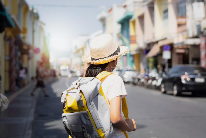 Ung flickahandelsresande med ryggsäckanseende i den gamla staden, Phuket, Thailand royaltyfria bilder
