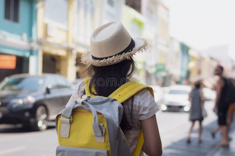 Ung flickahandelsresande med ryggsäckanseende i den gamla staden, Phuket, Thailand royaltyfri foto