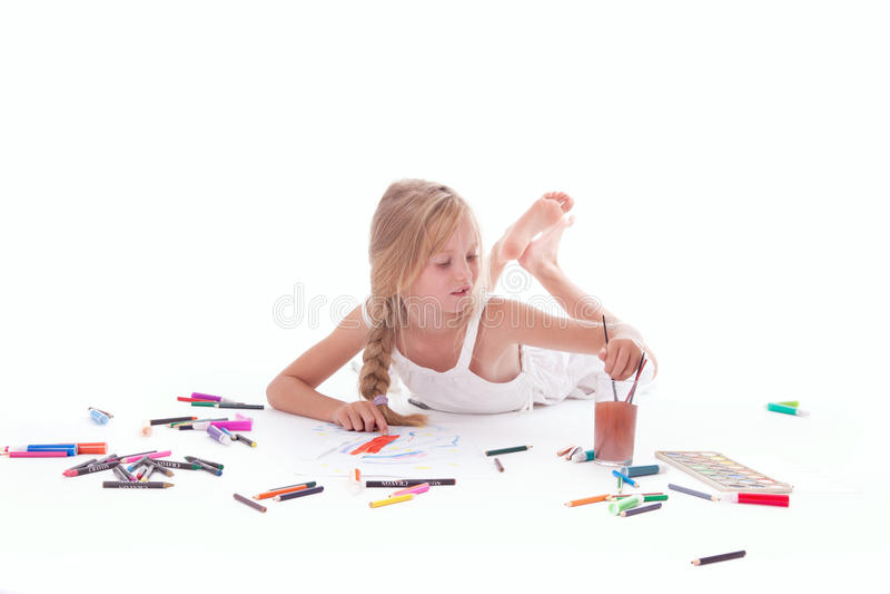Ung flickamålning med vattenfärgen arkivbilder