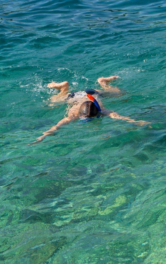 Ung flickasimning i havet fotografering för bildbyråer