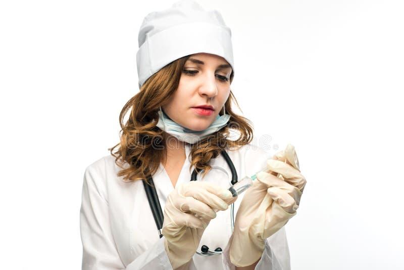 Ung flickasjuksköterskan i exponeringsglas förbereder injektionssprutan arkivbild