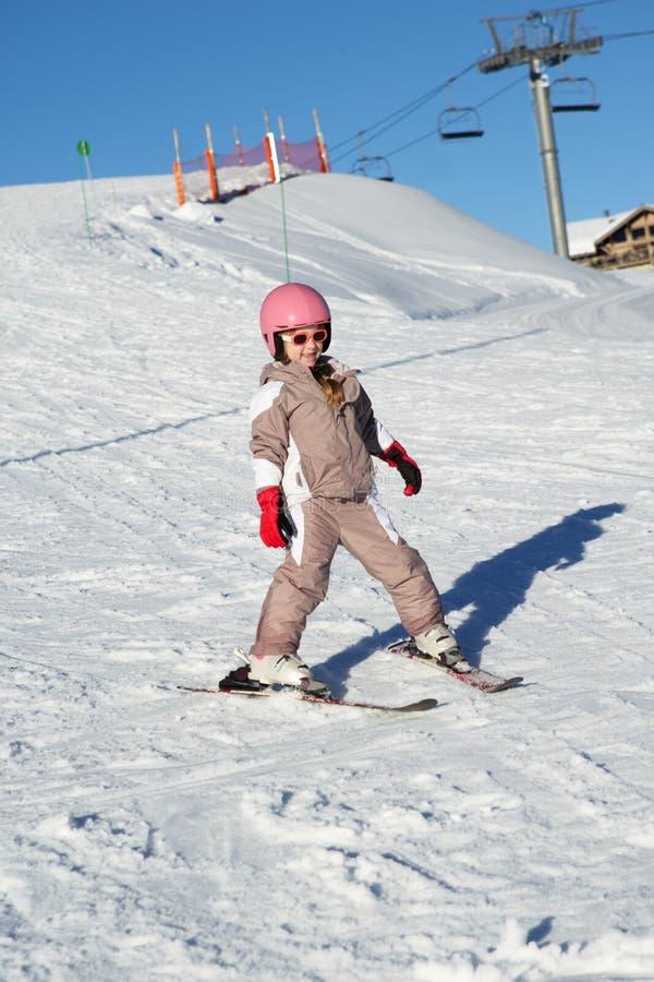 Ung flickaskidåkningen Slope ner stunden på ferie arkivbild