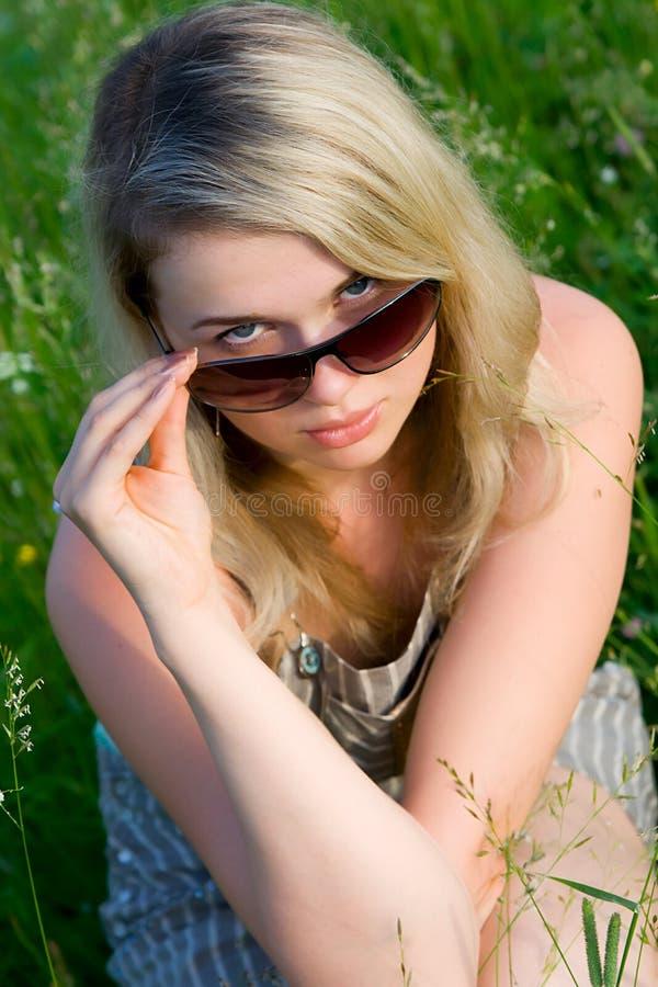 ung flickasolglasögon fotografering för bildbyråer