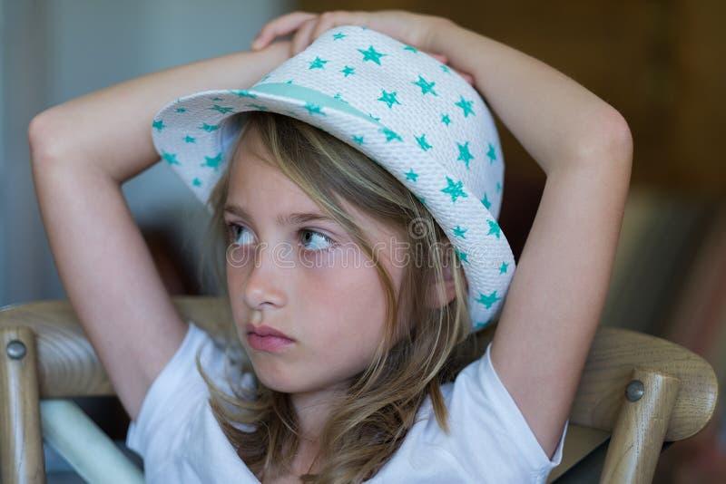 Ung flickastående med hatten arkivbilder