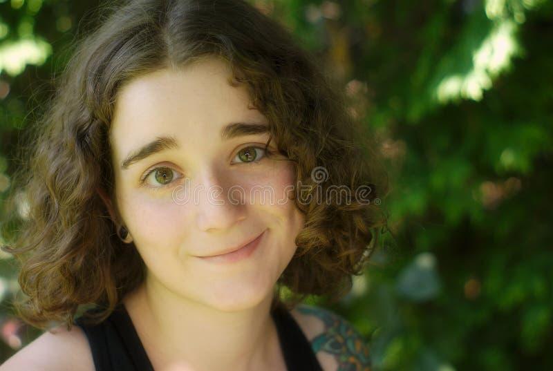 Ung flickastående utanför i natur royaltyfria bilder