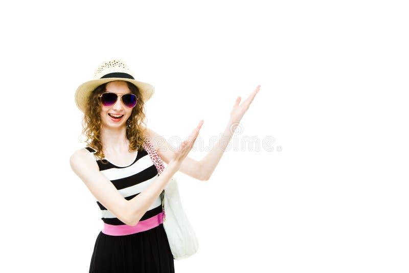 Ung flickaturist i sommardr?kt som pekar p? vitfiltutrymme arkivfoto