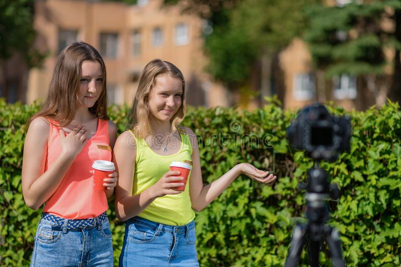 Ung flickvänflicka Sommar i natur Skriver videoen Berättar om varmt tekaffe Rekord- vlog- och bloggabonnenter royaltyfri bild