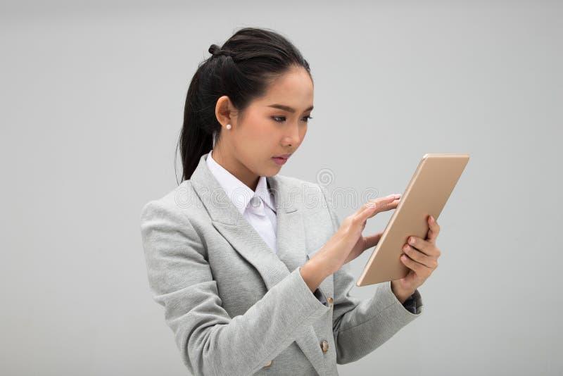 Ung formell dräkt för affärskvinna som ser minnestavlan arkivfoto