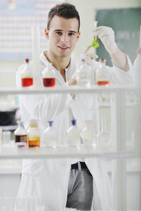 Ung forskare i laboratorium arkivfoto