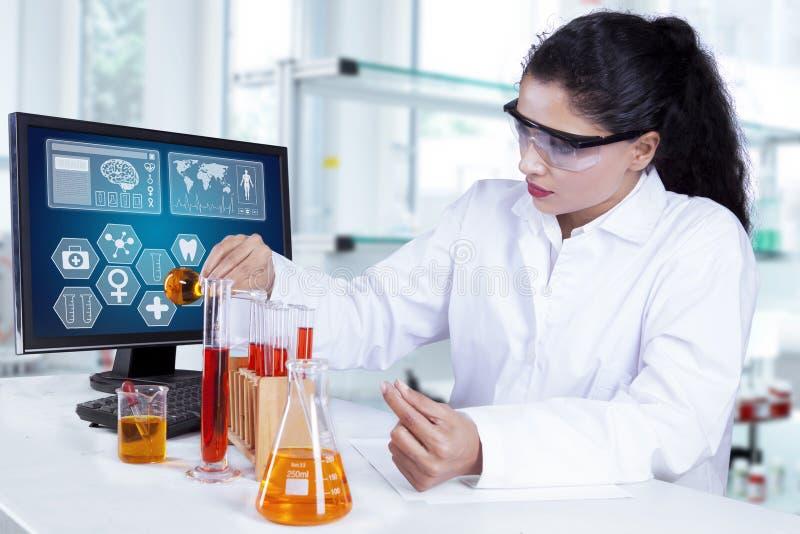 Ung forskare som gör medicinsk forskning arkivbild