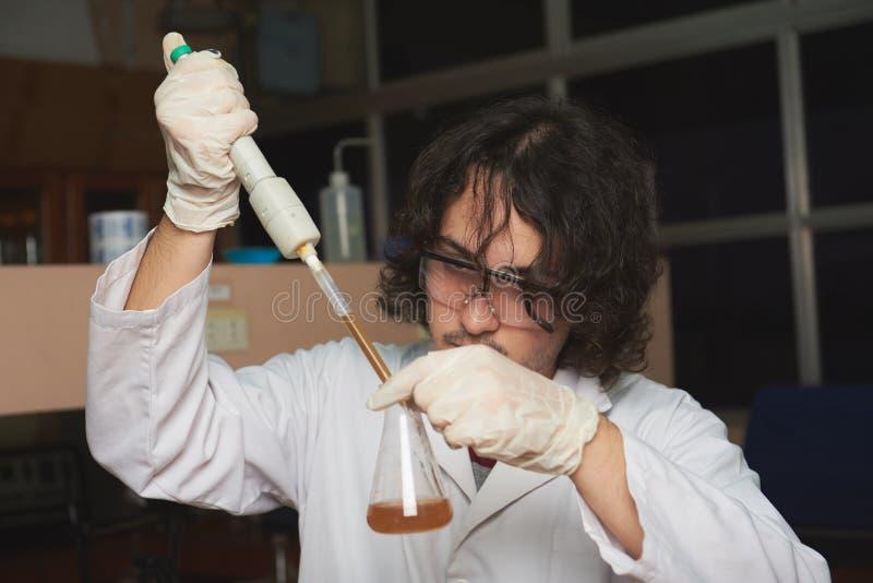 Ung forskarekemikalie fotografering för bildbyråer