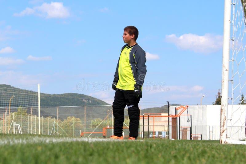 Ung fotbollmålvakt som är klar för matchen arkivbild