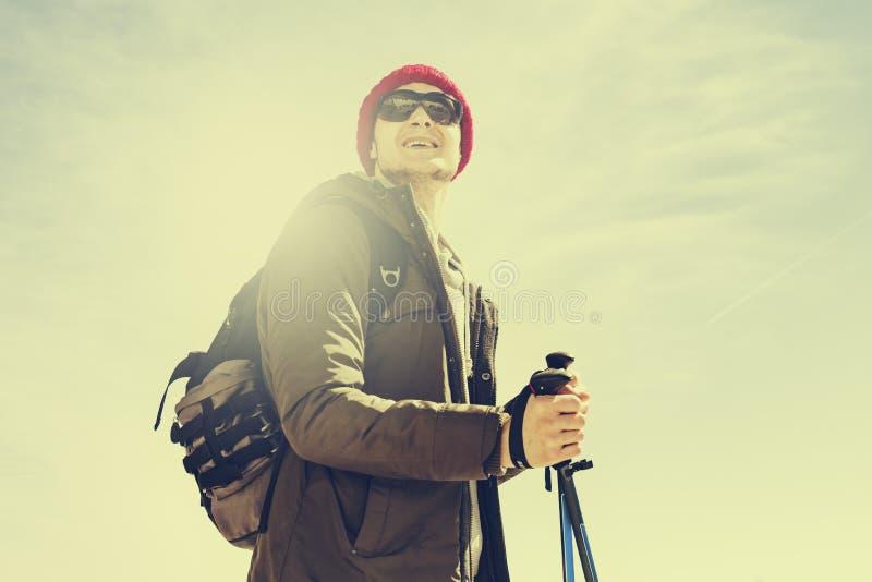 Ung fotvandra manidrottsman eller handelsresande med ryggsäcken som blir och royaltyfri fotografi