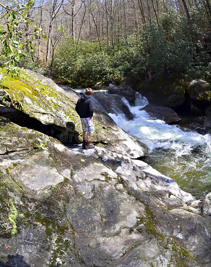 Ung fotvandrare på floden fotografering för bildbyråer