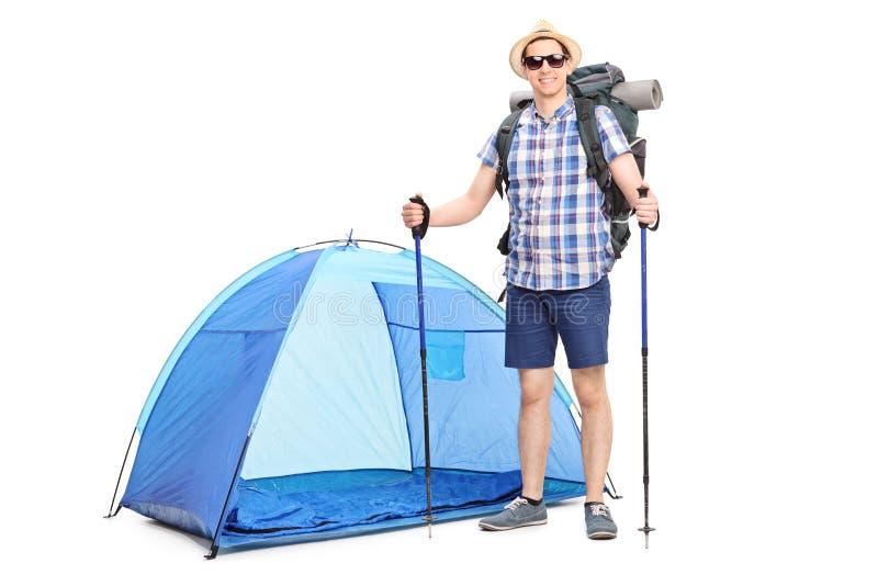 Blått Tält, En Ryggsäck Och Par Av Kängor På Vit