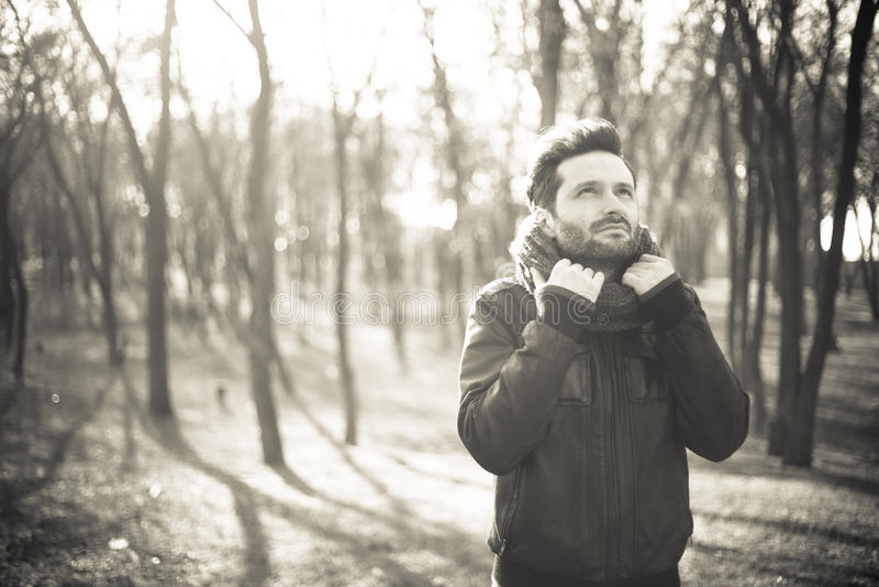 Ung fridfull man i en skog royaltyfri foto