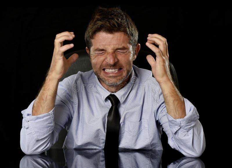 Ung galen stressad affärsman i bekymrat trött skrika för framsidauttryck som är desperat royaltyfri foto