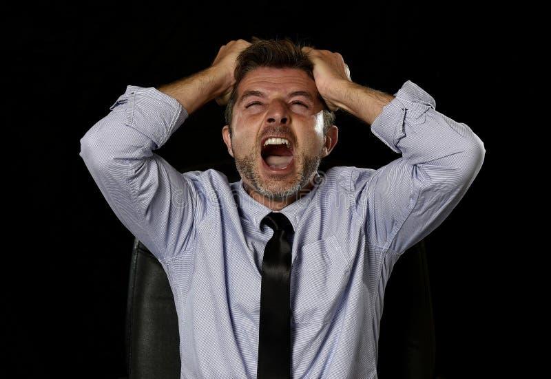 Ung galen stressad affärsman i bekymrat trött skrika för framsidauttryck som är desperat arkivfoto
