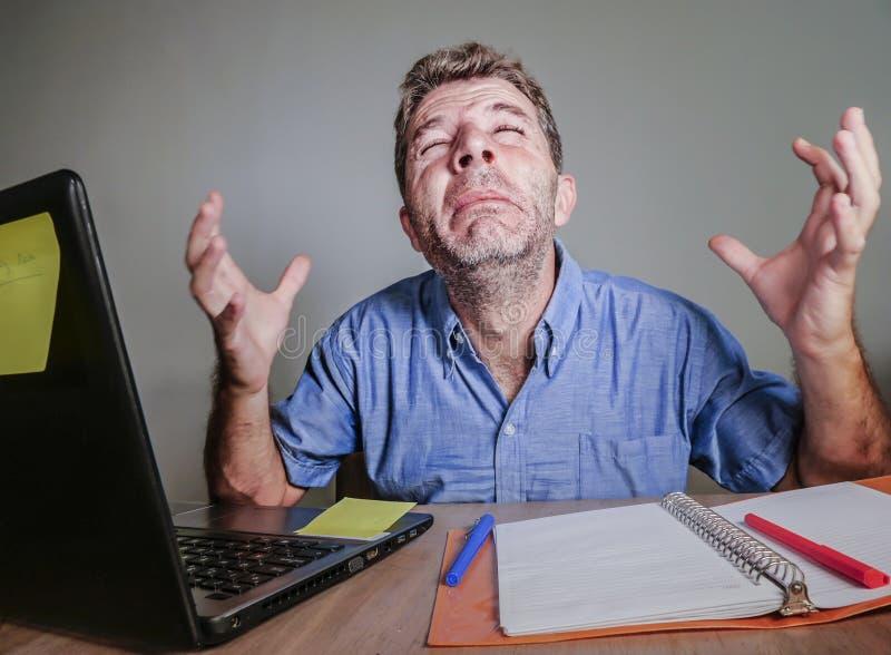 Ung galen stressad och förkrossad man som arbetar smutsigt skriande desperat med känsla för bärbar datordator som evakueras och f arkivfoto
