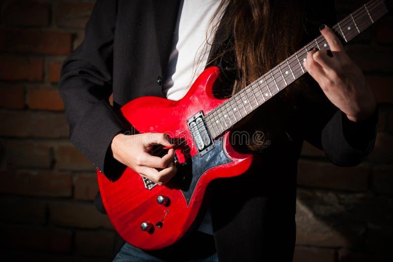 Ung gitarrist arkivbilder