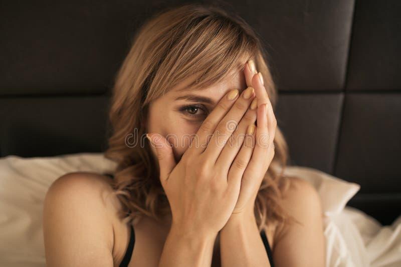 Ung gladlynt kvinna i sovrum fotografering för bildbyråer