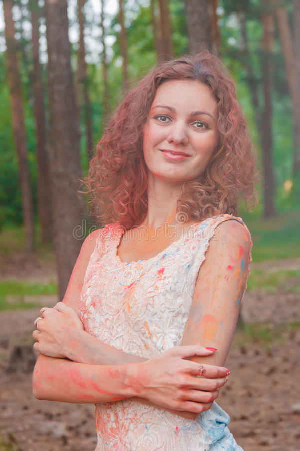 Ung gladlynt kvinna med Holi målarfärg royaltyfri fotografi