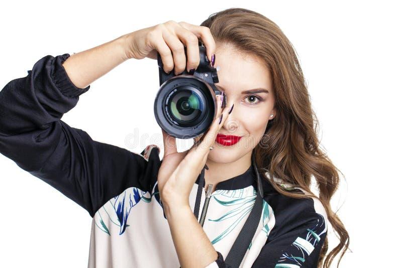 Ung gladlynt kvinna som tar en bild över vit bakgrund royaltyfri foto