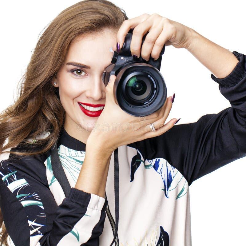 Ung gladlynt kvinna som tar en bild över vit bakgrund arkivbild