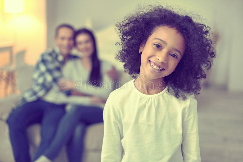 Ung gladlynt unge som visar en positiv inställning arkivbilder